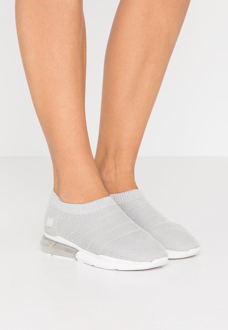 DKNY - PENN  - Nazouvací boty - silver