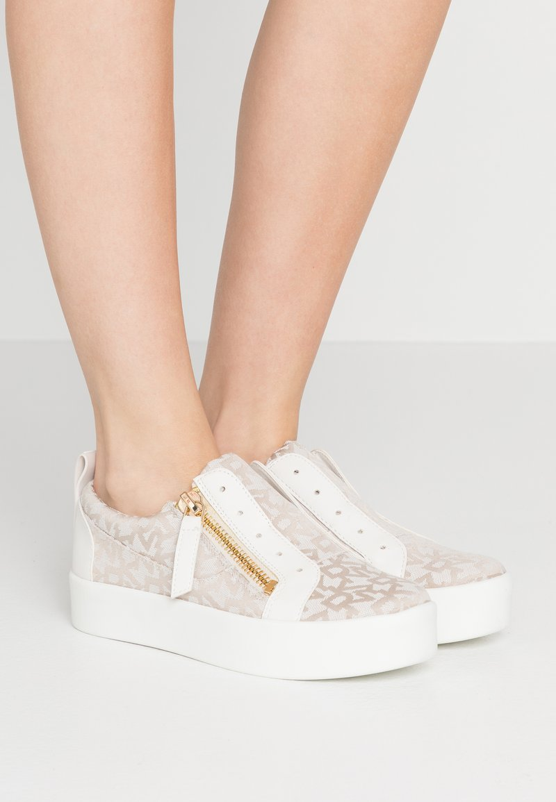 DKNY - BRADI PLATFORM ZIPPER  - Sneakers - beige
