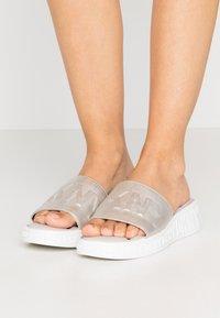 DKNY - MARA SLIDE - Pantofle - aged nickel - 0