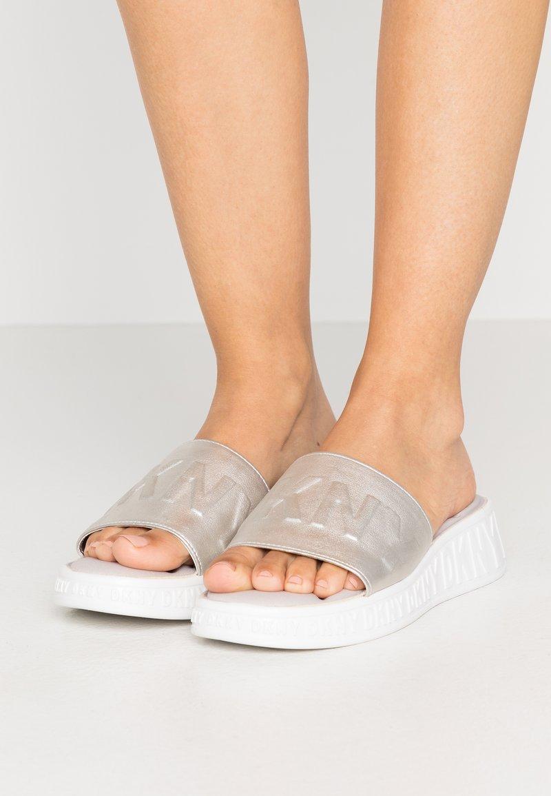 DKNY - MARA SLIDE - Pantofle - aged nickel