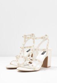 DKNY - HANZ - Højhælede sandaletter / Højhælede sandaler - snow - 4