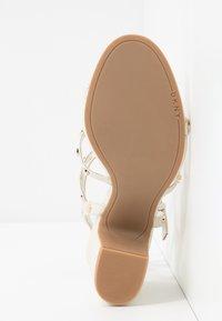 DKNY - HANZ - Højhælede sandaletter / Højhælede sandaler - snow - 6