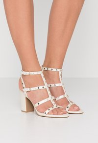 DKNY - HANZ - Højhælede sandaletter / Højhælede sandaler - snow - 0