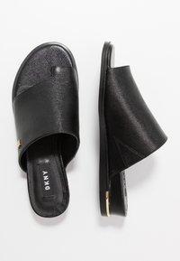 DKNY - DAZ FLAT SLIDE  - Sandaler m/ tåsplit - black - 3