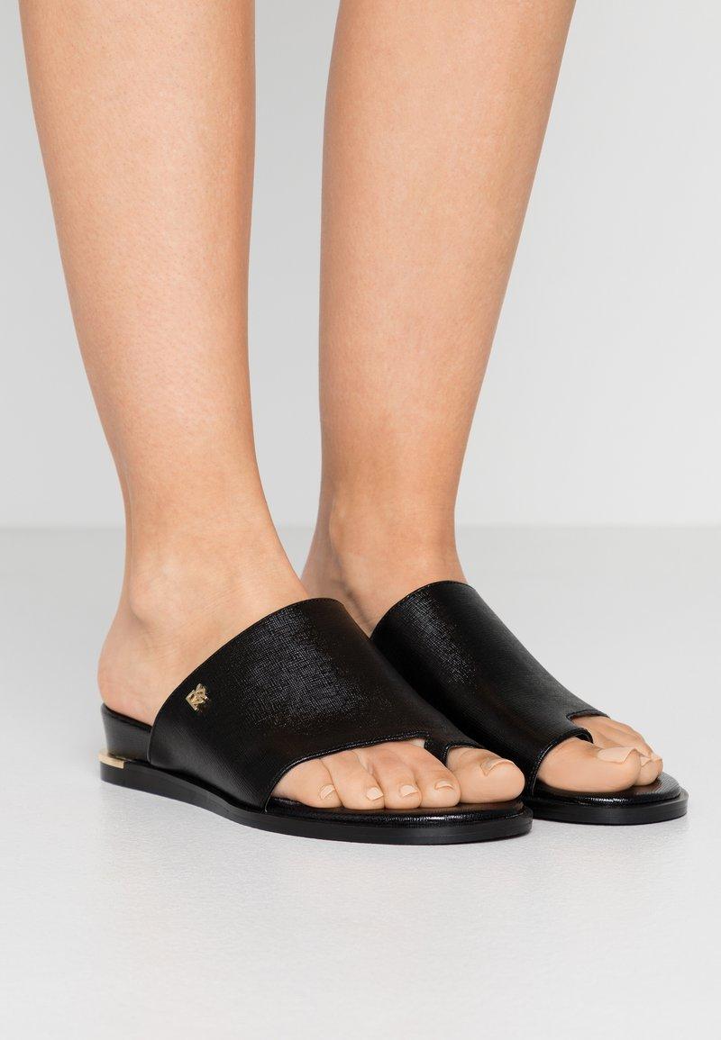 DKNY - DAZ FLAT SLIDE  - Sandaler m/ tåsplit - black
