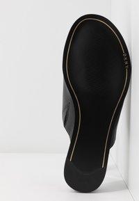 DKNY - DAZ FLAT SLIDE  - Sandaler m/ tåsplit - black - 6