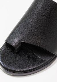DKNY - DAZ FLAT SLIDE  - Sandaler m/ tåsplit - black - 2