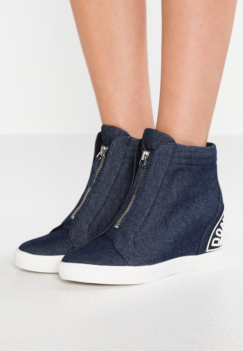 DKNY - CONNIE SLIP ON WEDGE - Sneakers alte - denim