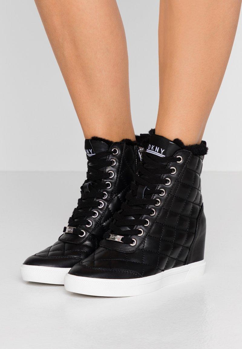 DKNY - CIRA WEDGE - Sneakers hoog - black