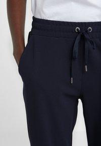 DKNY - EMBOSSED LOGO - Teplákové kalhoty - new navy - 6