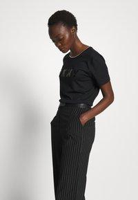 DKNY - WIDE LEG PANT - Pantalones - black/ivory - 3