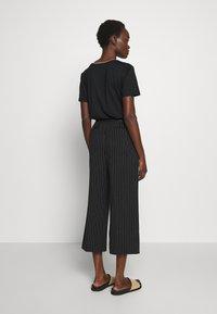 DKNY - WIDE LEG PANT - Pantalones - black/ivory - 2