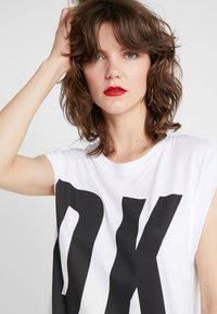 DKNY - EXPLODED LOGO - Jerseyjurk - white