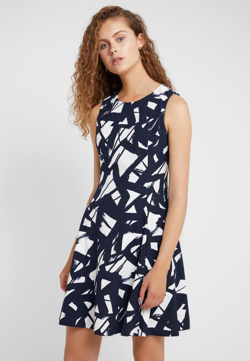 DKNY - FIT FLARE DRESS - Žerzejové šaty - ivory/midnight