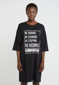 DKNY - ELBOW CREW NECK DRESS - Vapaa-ajan mekko - black - 0
