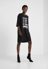 DKNY - ELBOW CREW NECK DRESS - Vapaa-ajan mekko - black - 1