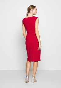 DKNY - CAP SLEEVE CUTOUT NECK SEAMED SHEATH - Sukienka etui - scarlet - 2