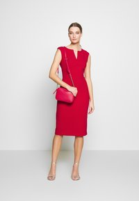 DKNY - CAP SLEEVE CUTOUT NECK SEAMED SHEATH - Sukienka etui - scarlet - 1