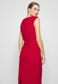 DKNY - CAP SLEEVE CUTOUT NECK SEAMED SHEATH - Sukienka etui - scarlet