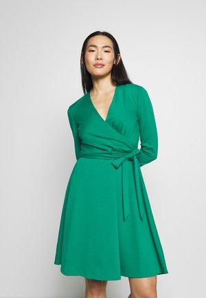 3/4 SLEEVE FAUX WRAP BODICE FIT FLARE - Denní šaty - emerald