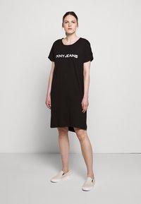 DKNY - LOGO DRESS - Jerseykjoler - black/white - 0