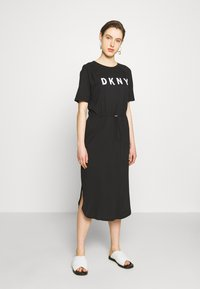 DKNY - LOGO T-SHIRT MAXI DRESS  - Žerzejové šaty - black/ivory - 0