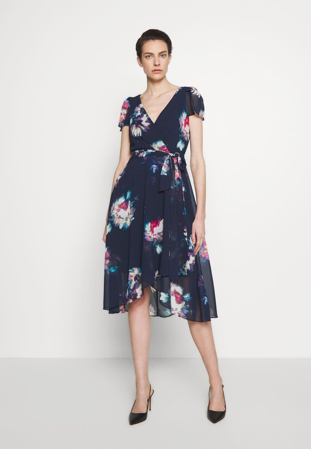 FLUTTER SLEEVE V-NECK WRAP MIDI - Day dress - brushed buds/spring navy multi