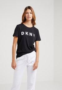 DKNY - CREW NECK LOGO TEE - T-shirt imprimé - black - 0