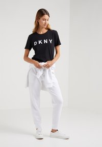 DKNY - CREW NECK LOGO TEE - Triko spotiskem - black - 1