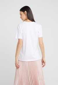 DKNY - CREW NECK TWO GIRLS GRAPHIC - Printtipaita - white - 2