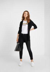 DKNY - TAXI LINE LOGO TEE - T-shirt imprimé - white - 1