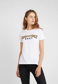 DKNY - TAXI LINE LOGO TEE - T-shirt imprimé - white - 0