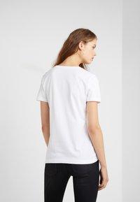 DKNY - TAXI LINE LOGO TEE - T-shirt imprimé - white - 2
