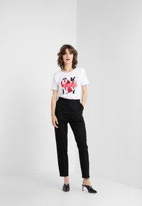 DKNY - METALLIC HEART STACKED LOGO TEE - T-shirt med print - white