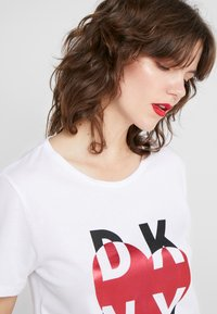 DKNY - METALLIC HEART STACKED LOGO TEE - T-shirt med print - white - 4