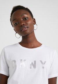 DKNY - CREW NECK GLITTER LOGO TEE - T-shirt z nadrukiem - white - 4