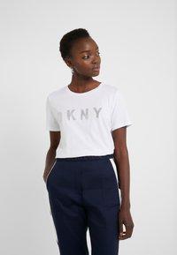 DKNY - CREW NECK GLITTER LOGO TEE - T-shirt z nadrukiem - white - 0