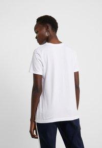 DKNY - CREW NECK GLITTER LOGO TEE - T-shirt z nadrukiem - white - 2