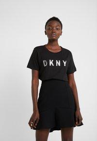 DKNY - CREW NECK GLITTER LOGO TEE - T-shirt imprimé - black - 0