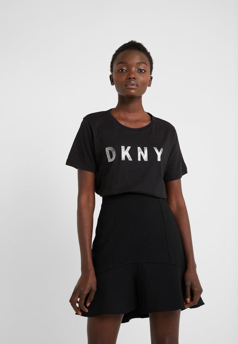 DKNY - CREW NECK GLITTER LOGO TEE - T-shirt imprimé - black
