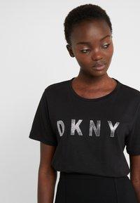 DKNY - CREW NECK GLITTER LOGO TEE - T-shirt imprimé - black - 4