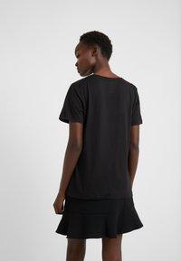 DKNY - CREW NECK GLITTER LOGO TEE - T-shirt imprimé - black - 2