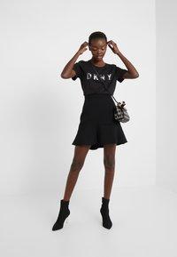 DKNY - CREW NECK GLITTER LOGO TEE - T-shirt imprimé - black - 1