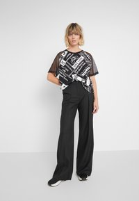 DKNY - ELBOW CROPPED - Printtipaita - black - 1