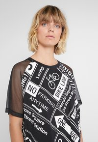 DKNY - ELBOW CROPPED - Printtipaita - black - 4