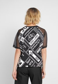 DKNY - ELBOW CROPPED - Printtipaita - black - 2