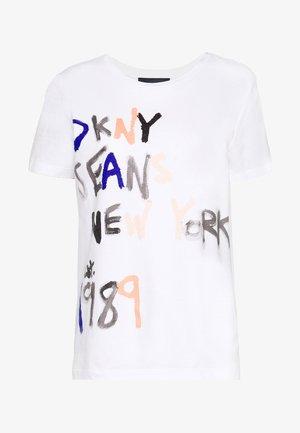 JEANS PAINTED LOGO - T-shirt z nadrukiem - white/bellini/ink