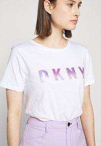 DKNY - OMBRE LOGO - T-shirts print - white/moonstone multi - 5