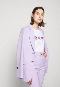 DKNY - OMBRE LOGO - T-shirts print - white/moonstone multi - 3