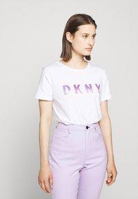 DKNY - OMBRE LOGO - T-shirts print - white/moonstone multi - 0